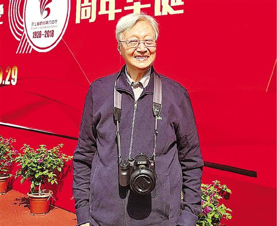95岁的汪老师脸上几乎没皱纹。
