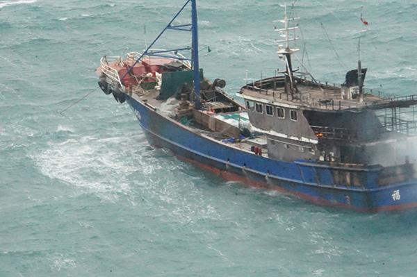 2月9日,一渔船因机舱失火在浙江温州外海遇险。本文图片均为东海救助局提供 2月9日,一渔船因机舱失火在浙江温州外海遇险,11名渔民全部获救。