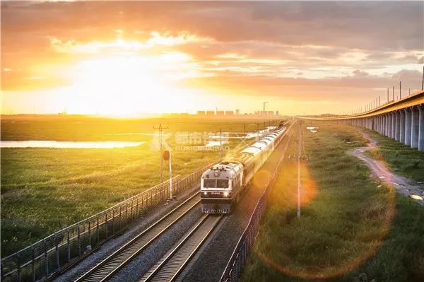 2016年,滨洲铁路T5008次经过。
