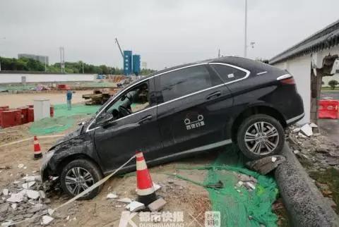 司机倒车操作不当 萧山机场一轿车停车时穿墙而过