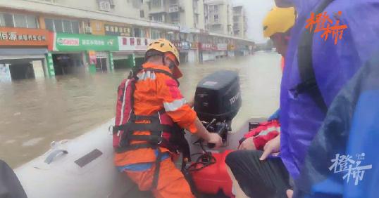 宁波洞桥镇积水深 消防队员连续作战解救被困人员