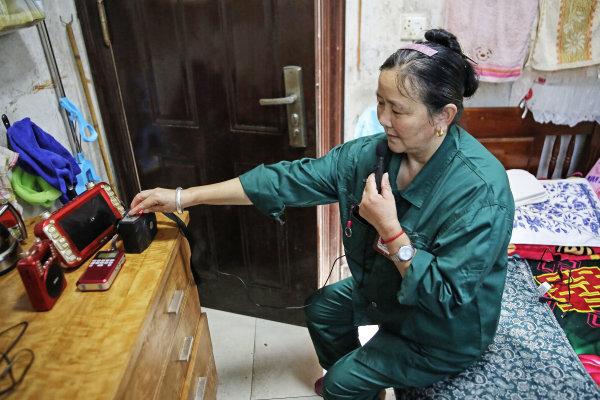 环卫工徐蒋芬在房间里打开小音箱唱歌