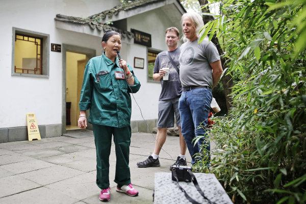 环卫工徐蒋芬在公厕外唱歌,引来外籍友人驻足
