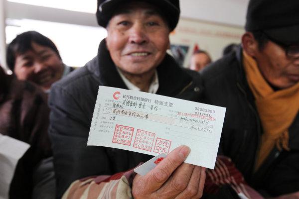 2018年1月,长兴县虹星桥镇60多名村民拿到了被企业拖欠的工资。拍友 王晋焱 张泽民 摄