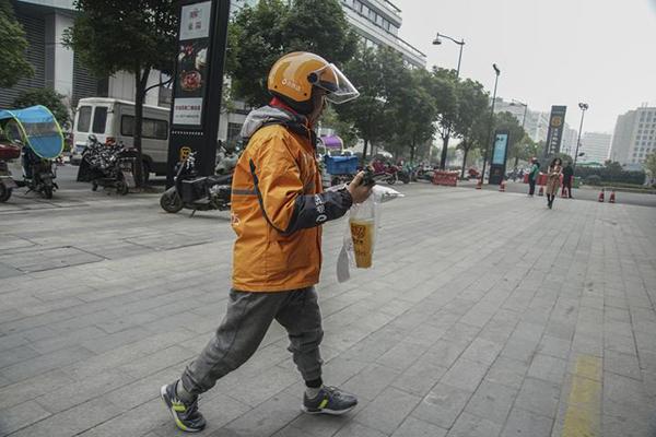 2月25日,停工大半年后,装上假肢的杭州单腿外卖小哥王建生恢复送餐。