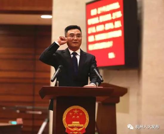 杭州市监委副主任朱华进行宪法宣誓 沈达 摄