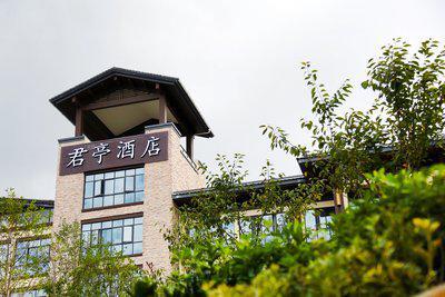 作为中国中高端精选酒店品牌的引领者,此次君亭酒店品牌华丽亮相千岛湖,是君亭在核心旅游目的地景区和度假区产品模式上的首次大胆创新与尝试,也将进一步扩大君亭酒店未来的市场领域。   杭州千岛湖峰泰君亭酒店选址国家5A级风景名胜区 -- 千岛湖,总建筑面积约7000平米。酒店坐落于千岛湖湖畔 -- 南景酒店群内(梦姑路与南景路交叉口),紧邻千岛湖中心湖区旅游码头和夜游码头,周边湖光山色,碧波荡漾,远离喧嚣,纯净自然,将建筑与环境完美融合。   随着创新驱动市场不断向前,新生态的产品功能与服务组合,将不断升级