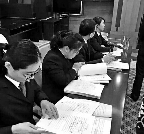 开庭过程中公诉人仔细审查案卷情况