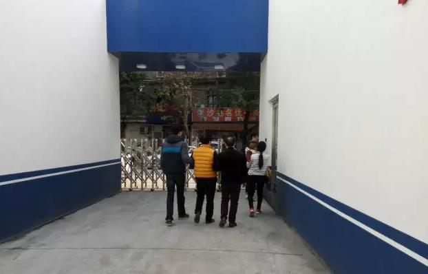 (黄衣服的是刘大军,白衣女子是陈起凤)