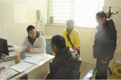 昨天,医生叮嘱小韩出院后的注意事项(坐着的是小韩)。