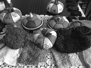 编织社的阿姨们亲手编织纪念品,打算送给垃圾分类做得好的家庭