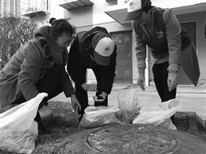"""""""垃圾分类监督员""""对居民送下来的垃圾进行扫描检查并评分"""