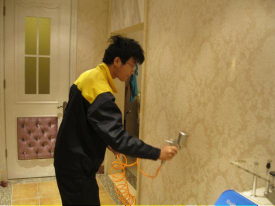 图二:净旋风工作人员为克丽缇娜美容院墙体进行治理。