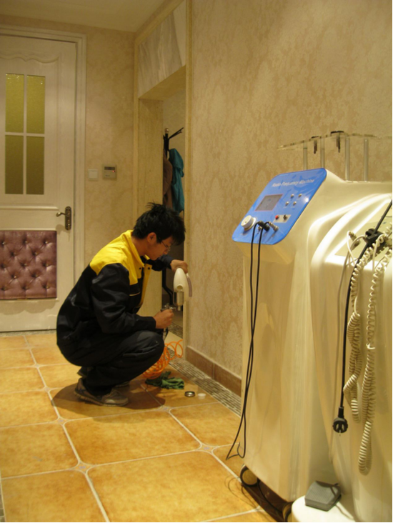 图四:净旋风工作人员为克丽缇娜美容院墙体进行治理。