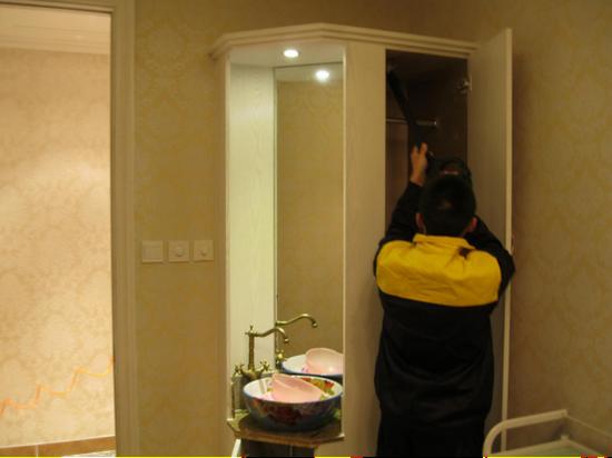 图五:净旋风工作人员为克丽缇娜美容院橱柜进行治理。