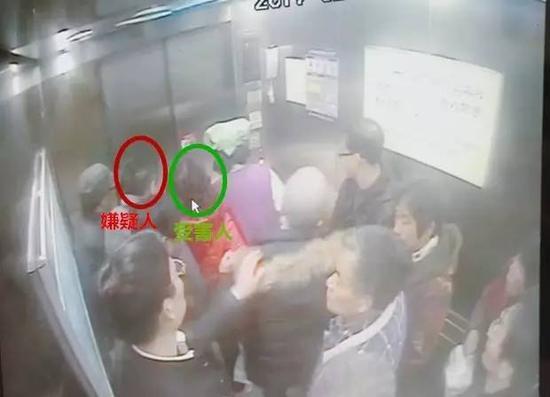 最终,男子在医院电梯内成功得手,切得王女士皮夹一只,内有现金300元以及银行卡若干。得手后,该嫌疑男子迅速离开了医院。
