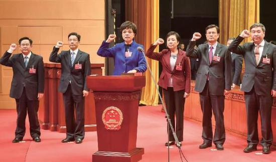 市第十五届人大常委会新班子进行宪法宣誓 记者 徐能 摄