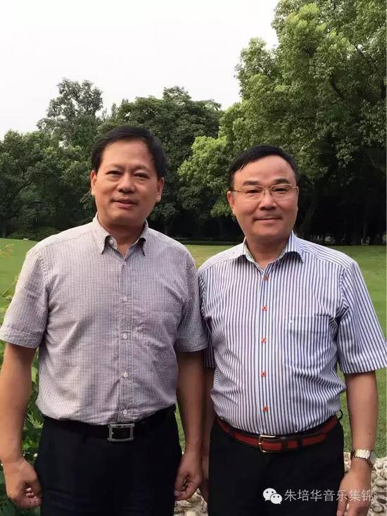词作者 杨晓光(左)和曲作者 朱培华(右)