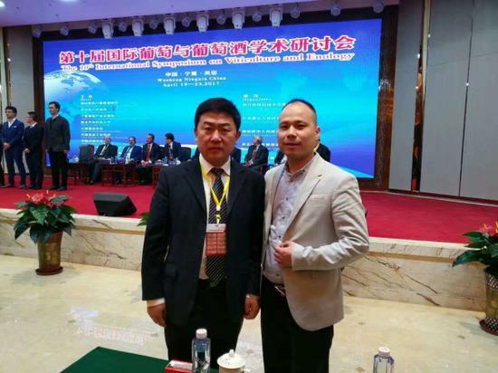 葡萄酒学院院长房玉林(左)与萨意董事长叶志远(右)合影