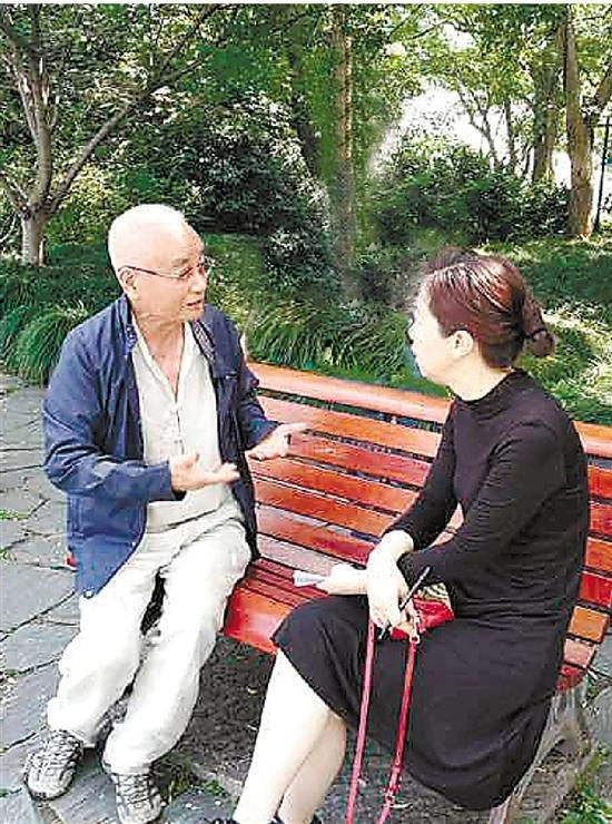 """""""找到啦。白衣伯伯来苏堤健身了。""""昨天一大早,杭州读者陈先生就打进了钱江晚报96068热线。"""