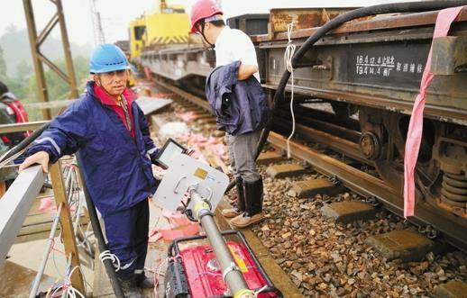 洪水损毁沪昆线江山段铁路大桥 多趟列车晚点(图)
