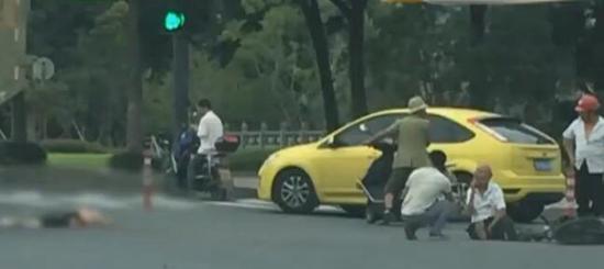 周围群众说,被撞的电瓶车上有两名老人,是一对年近80的老夫妻。