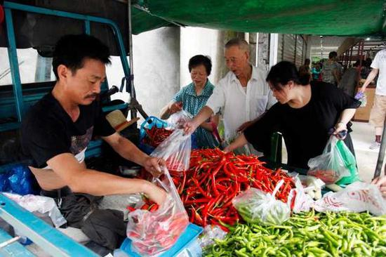 杭州无腿硬汉蔬菜生意风生水起 20年走出励志人生