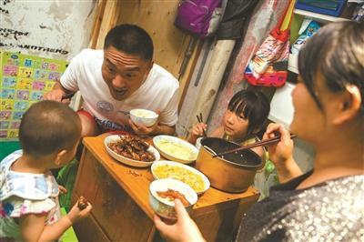中午,胡涛和老婆孩子在店里吃饭。他的大女儿刚从安徽蒙城来杭州过暑假