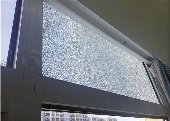 滨江万家星城小区业主家中自爆的玻璃。照片由业主提供