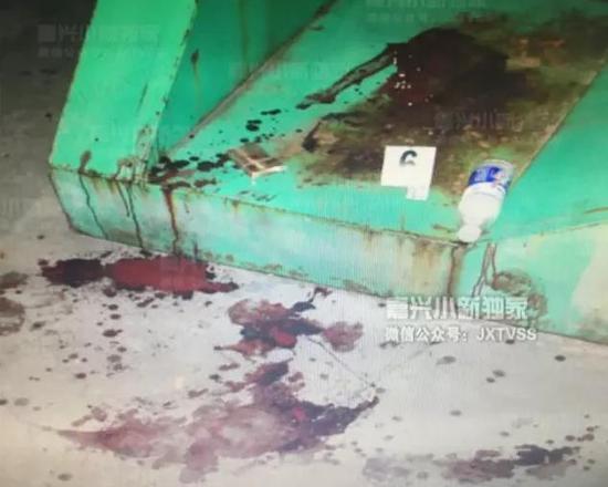 当事一方李某因为颈部受到刀伤,大出血,已经当场死亡。报警人熊某是当事的另一方,自己也是满身的血。