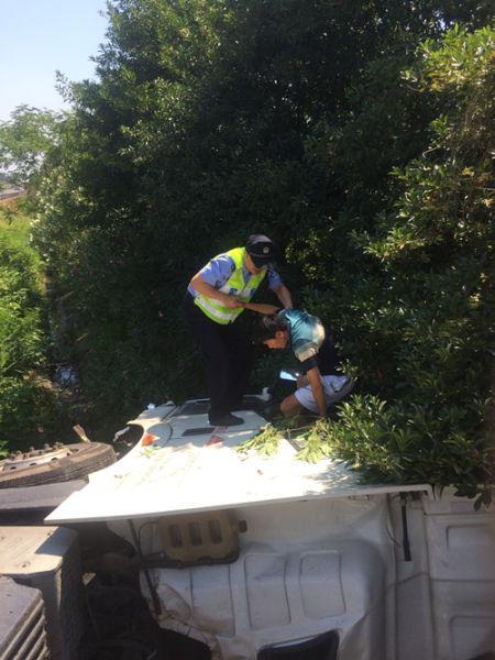 图为:民警在现场救援。吴涛乐