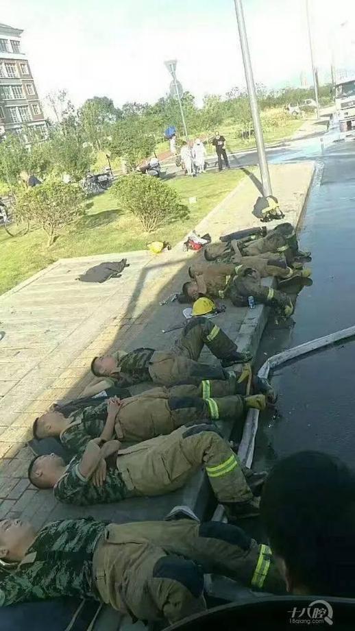 奋战了一夜,消防战士们都疲惫不堪地倒在了草地上。