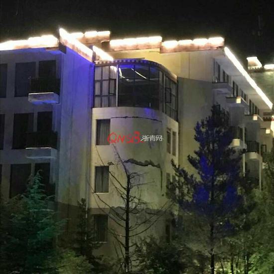 葛胜军所入住的酒店外墙出现了很大一条裂缝