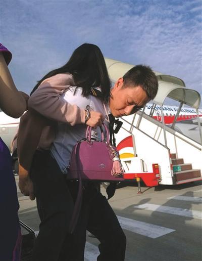 川航首个救灾加班航班载客127人,安全落地成都。工作人员协助滞留的受伤旅客下机。四川航空供图