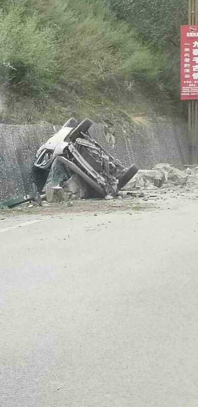 """从九寨沟""""逃""""到成都的一路上看到很多被石块砸中的车"""