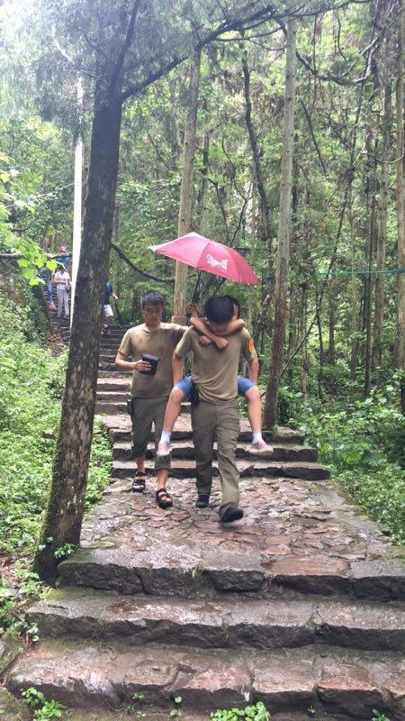 台州一女游客突发心脏病 众人协力救助转危为安