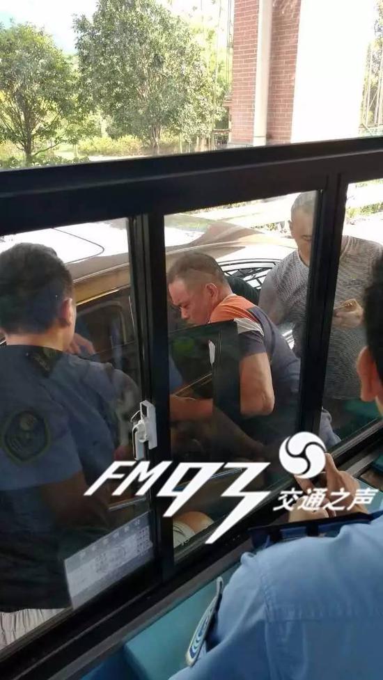丽水高速口小车被抢 网友直呼:太嚣张