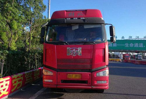 图为:涉事的大货车。嘉兴高速交警供图