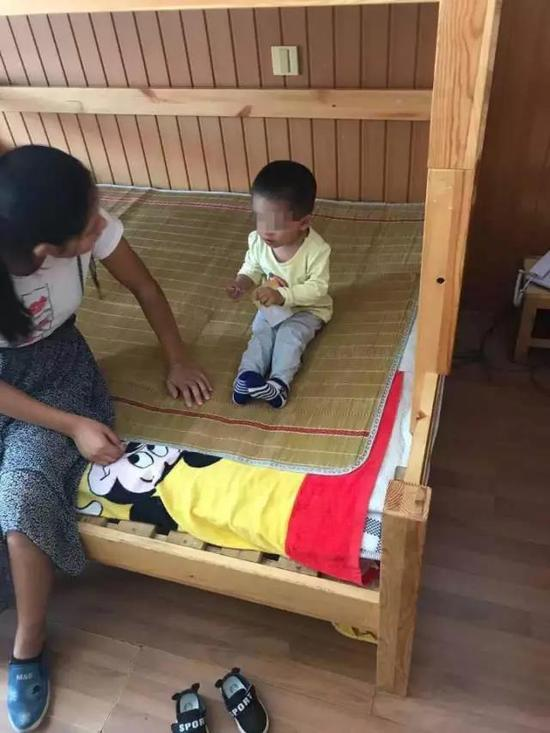 小宝的聪明伶俐让养父母很是欢喜
