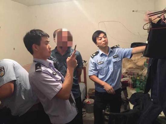 """老李每天上下班途中穿警服,到了上班的地方换成保安服,冒充警察,他过着""""双面""""人生。"""