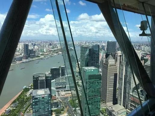 去上海东方明珠是必须要去的,一定要坐电梯到东方明珠塔顶的玻璃栈道图片