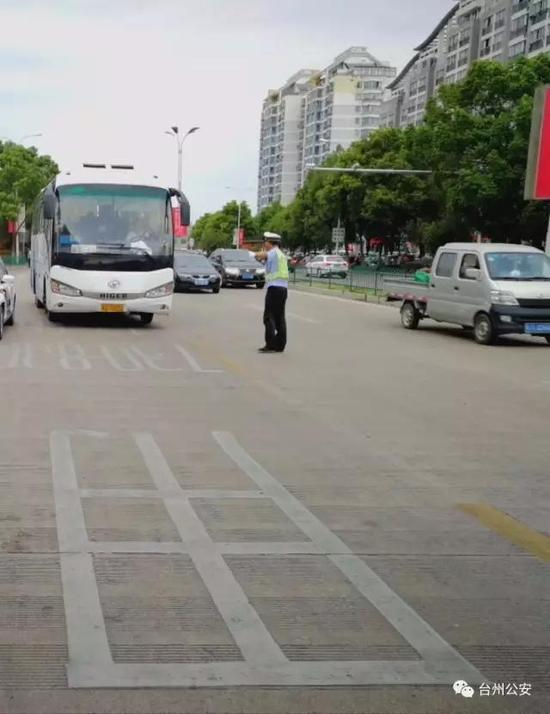 整治中,执法人员在全市各个路口对过往客运车辆、旅游车辆进行检查,对未系安全带的乘客和司机进行教育、处罚。