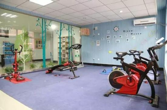 宿舍楼里还带环境优雅的健身房、咖啡吧,甚至厨房烘焙吧……