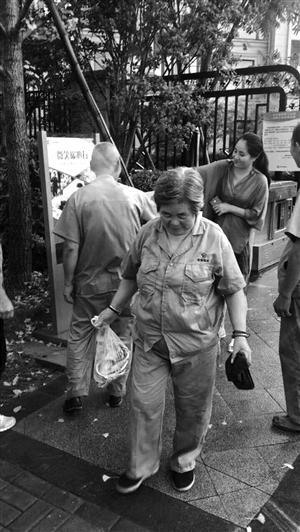 保洁员高兴地领到了郑先生提供的海鲜礼包 海创社区供图