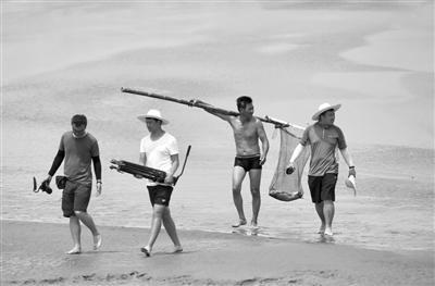 """央视摄制组在钱塘江里拍摄""""抢潮头鱼"""",抢鱼人捕到了大鱼。 摄影 徐瑞金"""