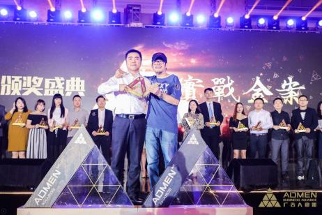 安茶集团董事长兼总经理吴剑、张默闻策划集团创始人张默闻共同领奖