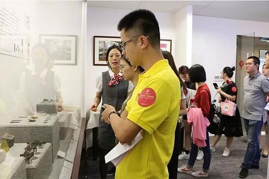 图/一行人参观华侨钱币博物馆