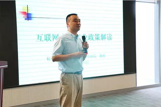 图/江干区发改局副局长施展进行政策解读