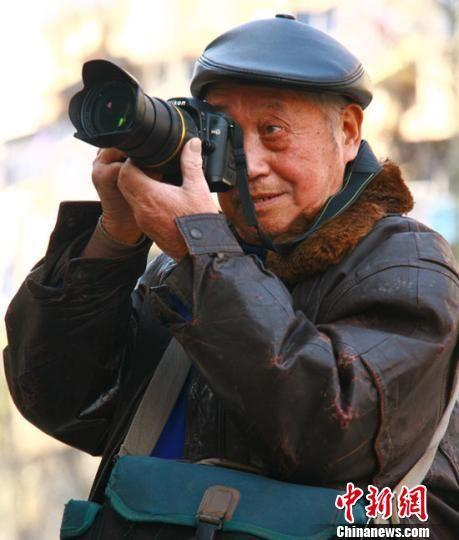 楼伯余老人在拍摄照片 湖州宣传部提供
