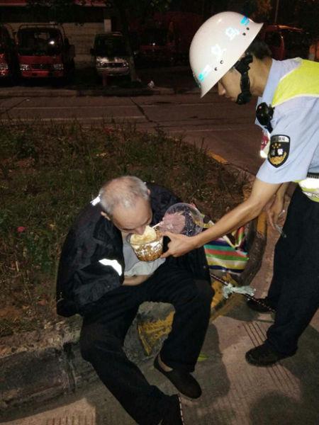 图为:巡逻队员照顾老人吃面。